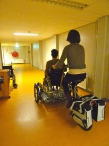 Membres de Ddd testant un fauteuil roulant poussé par un vélo, Apeldoorn, Pays-Bas.